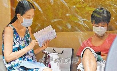 「我學猴」許純美怎麼消失了? 原來她都在... | 2011年林宗一貼心陪伴許純美就診 /翻攝畫面。