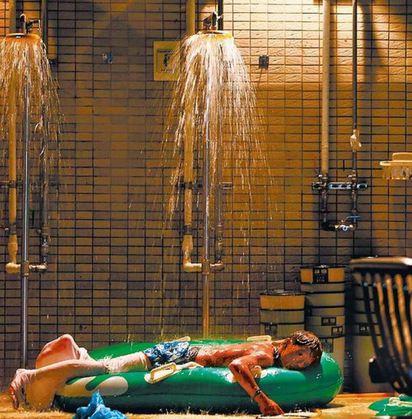 救救八仙塵爆孩子們!命危人數增至211人 | 八仙樂園塵爆當晚,一名年輕傷患躺在急診室外面淋水降溫,滿眼無助地等待醫護救/翻攝蘋果畫面。