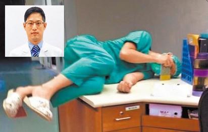 醫師累癱辦公桌30分鐘 心繫傷患7天沒回家 |