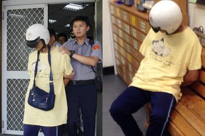 父呆坐路邊 手中嬰兒全身發紫死亡 | 卓男全身赤裸抱著死嬰,警方將他帶到警局偵訊,並先讓他穿上衣服。/翻攝畫面。
