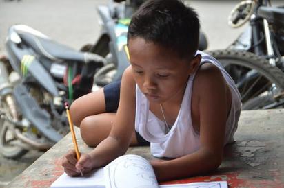 勵志文! 男孩深夜蹲坐麥當勞外做作業 只因...   翻攝網路