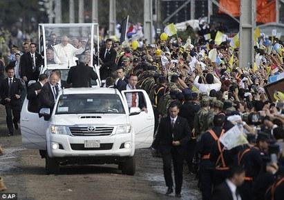真的「太激」了 她被信徒阻擋見教宗   教宗到南美洲訪問所到之處都是熱情的信徒