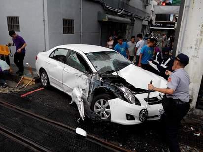 違停釀禍? 轎車遭阿里山小火車擠爛 | 隨後警方趕到後小火車已與轎車分離