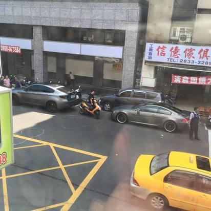 再逆向呀! 男連撞BMW名車.跑車 臉都僵了 |