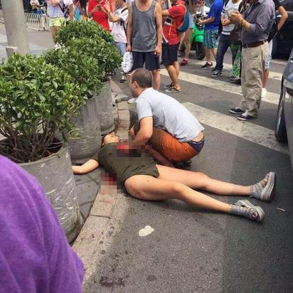 北京UNIQLO男揮大刀 驚傳1女遭砍死 | 女子遭砍後臥倒在地