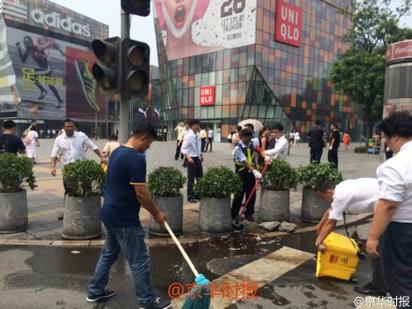 北京UNIQLO男揮大刀 驚傳1女遭砍死 | 人員在現場清洗血跡