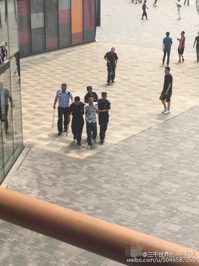 北京UNIQLO男揮大刀 驚傳1女遭砍死 | 事發後砍人男子被當地警方帶走