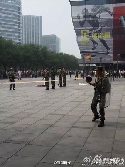 北京UNIQLO男揮大刀 驚傳1女遭砍死 | 現場也拉起封鎖線