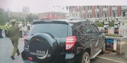 累犯! 今年2月才撞總統府 今天又淋油嗆自焚 | 林姓男子今年二月份就開車衝撞總統府,所幸車輛被花台擋下。