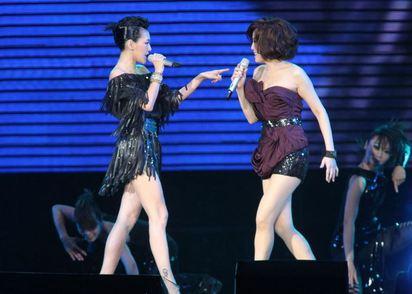 江蕙封麥演唱 最後一位嘉賓小S   2010年二姊的「戲夢」演唱會.小S曾跨刀上台.