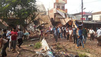 印度餐廳氣爆 死亡人數增至104人 | 爆炸現場變成瓦礫堆。