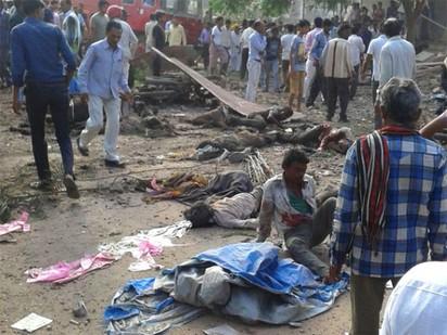 印度餐廳氣爆 死亡人數增至104人 | 不少傷者躺在地上。