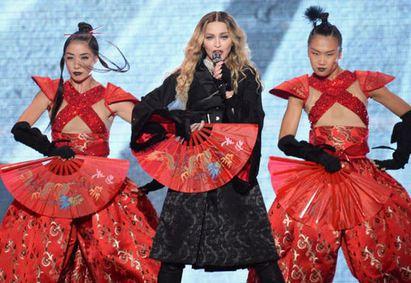 娜姊登台首唱 最高票價3萬破紀錄 | 瑪丹娜最新「心叛逆」世界巡迴演唱會蒙特婁揭幕.其中更赫見娜姐以洋溢東方風情的造型熱唱(圖片來源:Getty Images)
