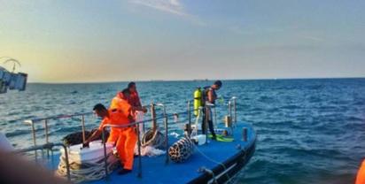 基隆漁船遭撞翻覆 9船員新竹外海失蹤 |
