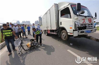 「還我孩子…」女兒被撞死 母緊抱不肯放 | 女學生騎的電動車遭貨車捲入車底