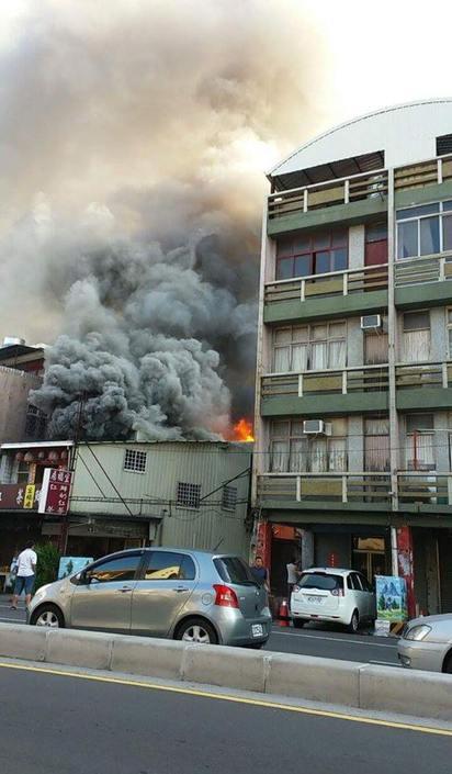 台南海安路火警 濃煙直竄5民宅受波及   茶飲店大火,濃煙竄出。(翻攝爆料公社)