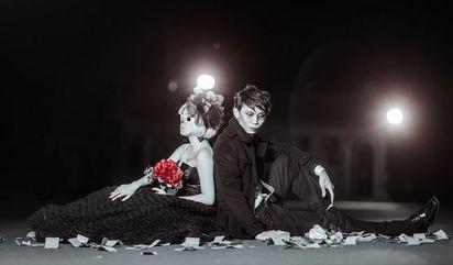 婚紗搞怪撒冥紙 離奇4個月就離婚 | 公墓背景搭配冥紙與七孔流血妝。徐光輝提供。