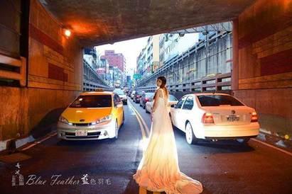 新人好敢! 婚紗照在地下車道拍 險吃官司 | 地下道婚紗拍出的效果。業者試圖以新娘長裙擺與柏油路,黑白對比營造衝突美感(藍色羽毛攝影工作室提供)