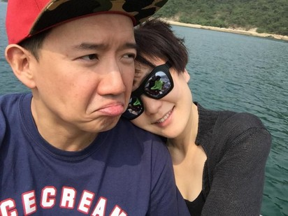 杜汶澤來台不見髮妻 身邊是長腿辣妹.. | 杜汶澤與老婆結婚十年。