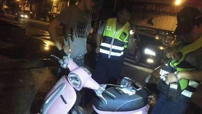 2台客騎粉色水鑽機車 8員警包抄GG了... |