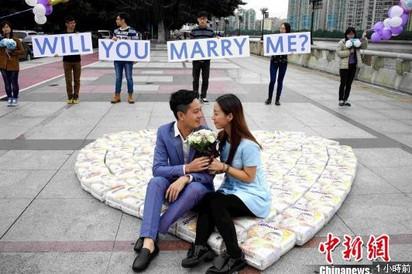 年輕人好有梗! 4500尿片求婚贏得美人心 | 男子用紙尿褲向女友求婚成功(翻攝中新網)