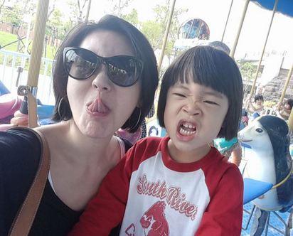 小S大呼「真孝順」 因為小女兒要送她.. | 小S不計形象.常在臉書上陪女兒扮鬼臉.