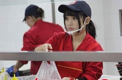 揚州大學驚見女神打飯! 網友:幫我打... | (翻攝揚子晚報)