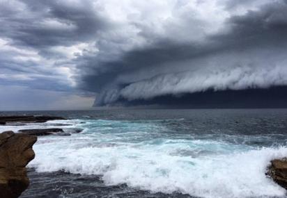 太壯觀! 雪梨驚見「海嘯雲」專家:大暴雨前兆 | 海天一色的壯觀海嘯雲