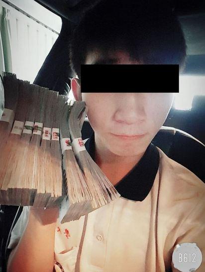 高三男裸身灑錢炫富 網友:警察盯上你了! |