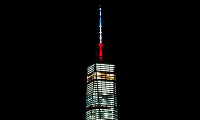 為巴黎祈福! 台北101今傍晚點亮紅白藍3色燈 | 美國紐約世界貿易中心一號大樓(One World Trade Center),點起代表法國的紅白藍3色燈光(翻攝網路)