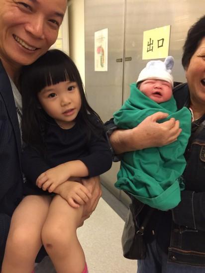 賀! 鍾欣凌剖腹產下「二寶」 母女均安   鐘欣凌二女兒出生。