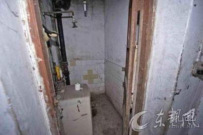 【畫面】老翁家中過世6年 被發現已成白骨 | 家人在廁所的洗衣機後方,發現裴伯的屍骨。翻攝新浪
