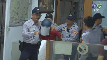 男買汽油燒女友 家屬火大包圍警局追打 | 看到嫌犯一被警方帶出,家屬火大開罵。