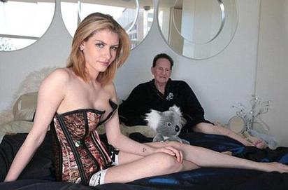 超勇! 嫁72歲翁 26歲女模:被床技征服 | 26歲女模特加比,稱72老公「床技」了得(翻攝網路)