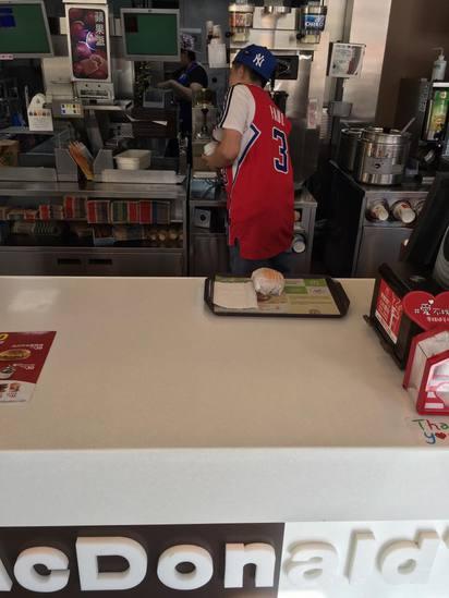跨年夜這一天 速食店員每家不一樣 | 店員扮成籃球員。