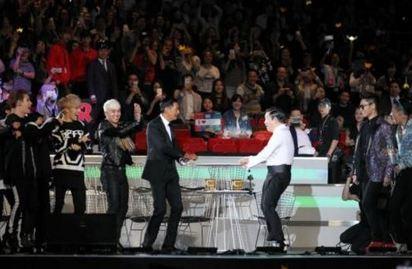 發哥為何在南韓人氣旺?  原來他做過這件事   周潤發(左四)去年底出席南韓「2015Mnet亞洲音樂大獎」.與「江南大叔」PSY(右三)同台跳騎馬舞.