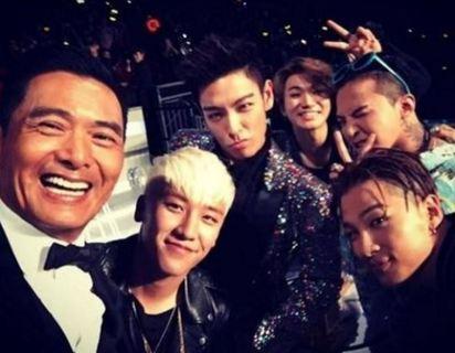 發哥為何在南韓人氣旺?  原來他做過這件事   周潤發與天團BIGBANG(MAMA)頒獎典禮上.開心玩自拍.(圖片翻自太陽Instagram)
