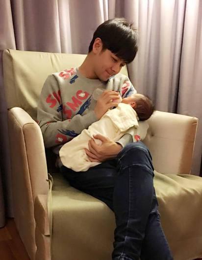 林志穎雙胞胎兒滿月 復刻睡姿萌翻眾人   林志穎細心地替兒子餵奶