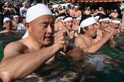 【奇觀】祈求新年平安 東京百人齊跳冰水   寒中水浴大會