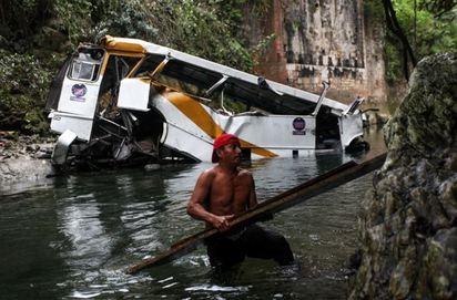 慘! 墨西哥重大車禍 巴士墜落30米高大橋20死 | 墜橋車體嚴重損毀.