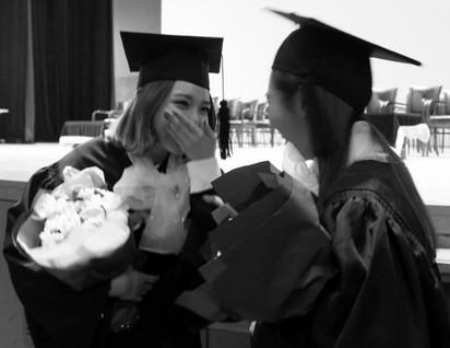 美! 3大女神畢業 上百粉絲圍觀 | 秀英相當開心自己畢業了