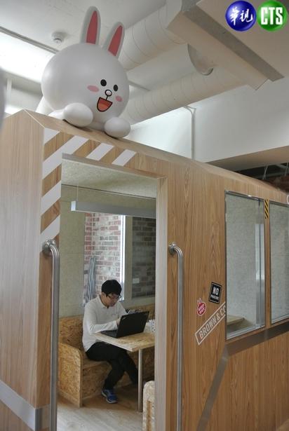 【小編直擊】LINE台灣新總部曝光! 一鏡到底看遍熊大兔兔的家 | 火車意像的創意角落,供員工使用。