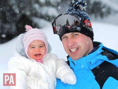美到像幅畫! 英國威廉一家四口雪地照曝光 | 威廉抱著女兒夏綠蒂。