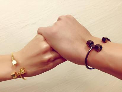 何潤東結婚 妻曬鑽戒:謝公婆給自由!   結婚手環為Peggy親手設計(翻攝28women by Peggy Lin臉書)
