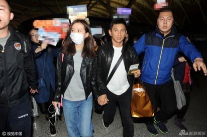 隆詩第二波婚紗照曝光! 劉詩詩穿西裝霸氣十足 | 2人搭飛機前往峇里島。
