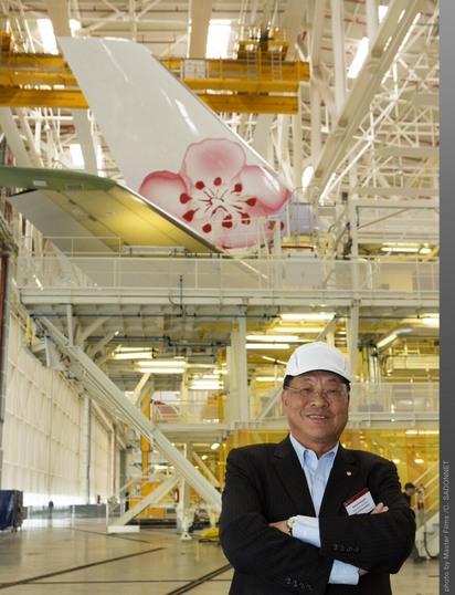 【影片】華航機隊年輕化 A350四大優勢全新起飛   華航董事長孫洪祥前往法國土魯斯空中巴士原廠視察新機組裝,孫董事長表示,14 架 A350 新機創造華航四大優勢,不僅帶動華航機隊年輕化,也引領台灣航空業創新潮流。