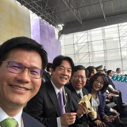 【520總統就職】亮點! 賴清德.林佳龍觀禮吃香蕉 | 林佳龍、賴清德和鄭文燦,三位市長在觀禮台上吃香蕉。