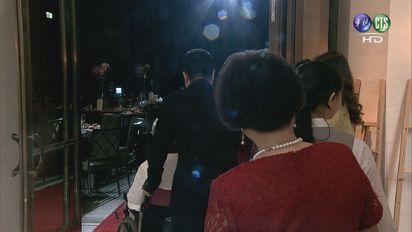 【影片】再婚娶特助! 蔡正元:為媽媽沖喜 | 蔡正元推著坐在輪椅上的媽媽進場。