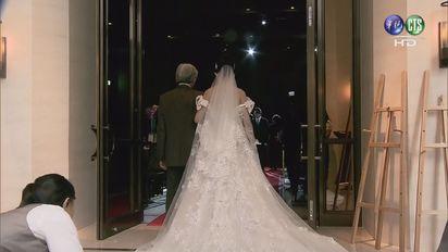 【影片】再婚娶特助! 蔡正元:為媽媽沖喜 | 蔡正元妻子挽著爸爸的手進場。