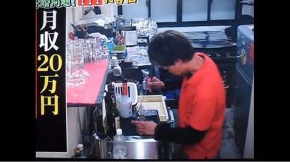 前天團男星成廉價打工仔 淪賣簽名板餬口 | 44歲的山本淳一現在在餐廳打工。翻攝自YOUTUBE。